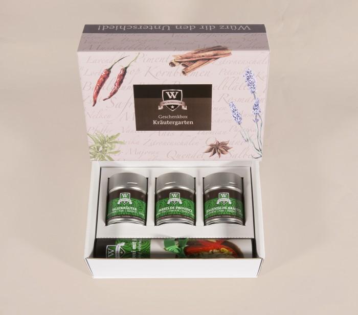 Bild mit der Geschenkbox Kräutergarten. Sie beinhaltet 3 Dosen mit den Gewürzmischungen Salatkräuter, Herbes de Provence und Italienische Kräuter. Dabei ist ein passendes Rezept.