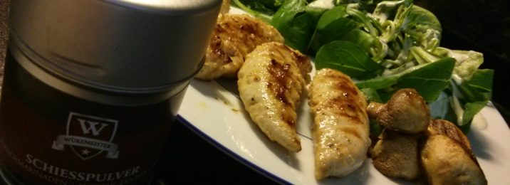 Bild mit gegrillten Pouletstreifen an einer Lemon-Chilli-Marinade mit Pilzen und Salat.