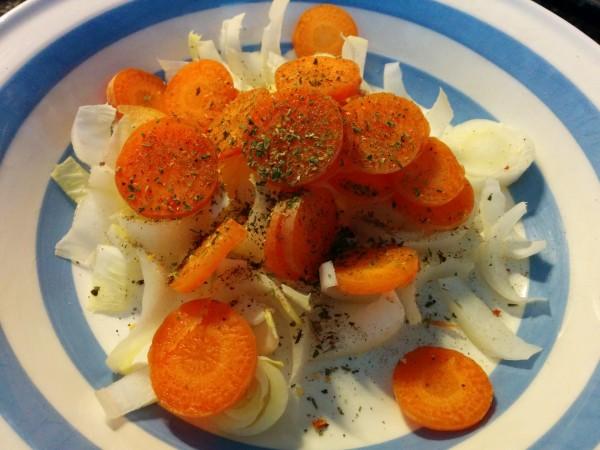 Bild zum Rezept bunter Salat mit Pouletstreifen. Chicoree und Karotten als Grundbasis.
