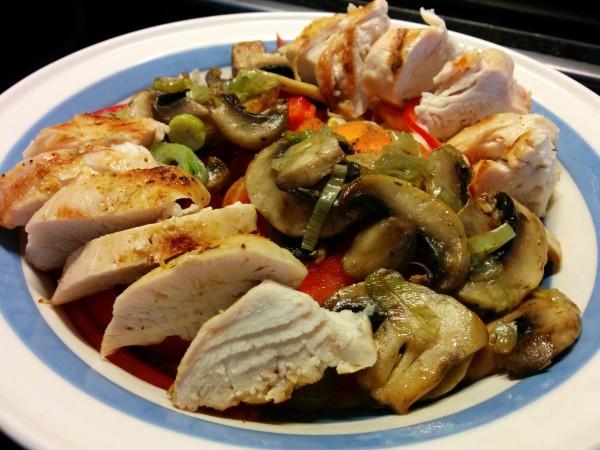Bild zum Rezept bunter Salat mit Pouletstreifen. Fertiger Salat mit Chicoree, Karotten, Pilze, Peperoni, Frühlingszwiebeln und Poulet.