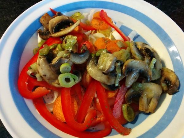 Bild zum Rezept bunter Salat mit Pouletstreifen. Erweiterter Grundsalat mit Chicoree, Karotten, Pilze und Peperoni.