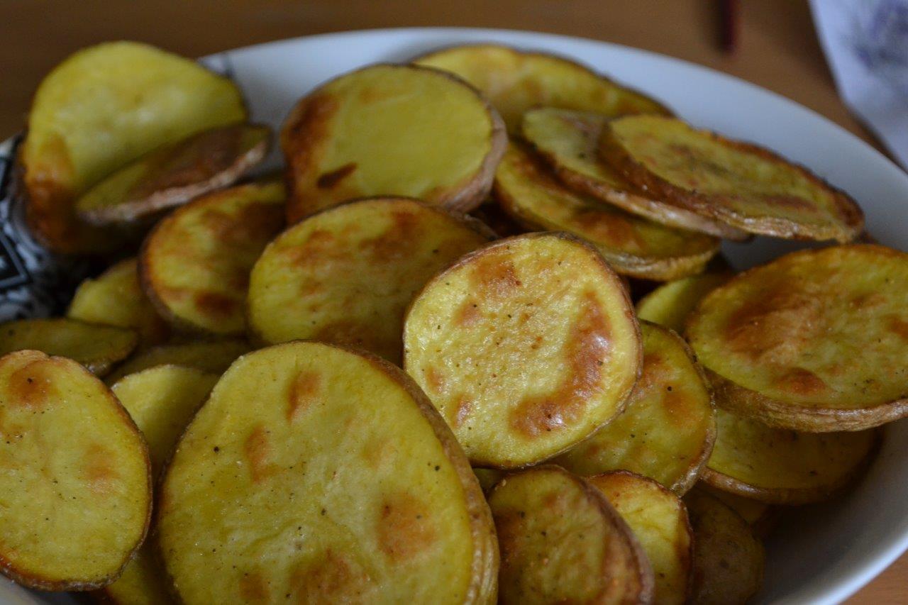 Bild der fertigen Kartoffel-Chips zum Rezept Kartoffeln mit Rosmarin-Knoblauch Salz. Diese Kartoffel Chips sind kinderleicht und sind sehr lecker.