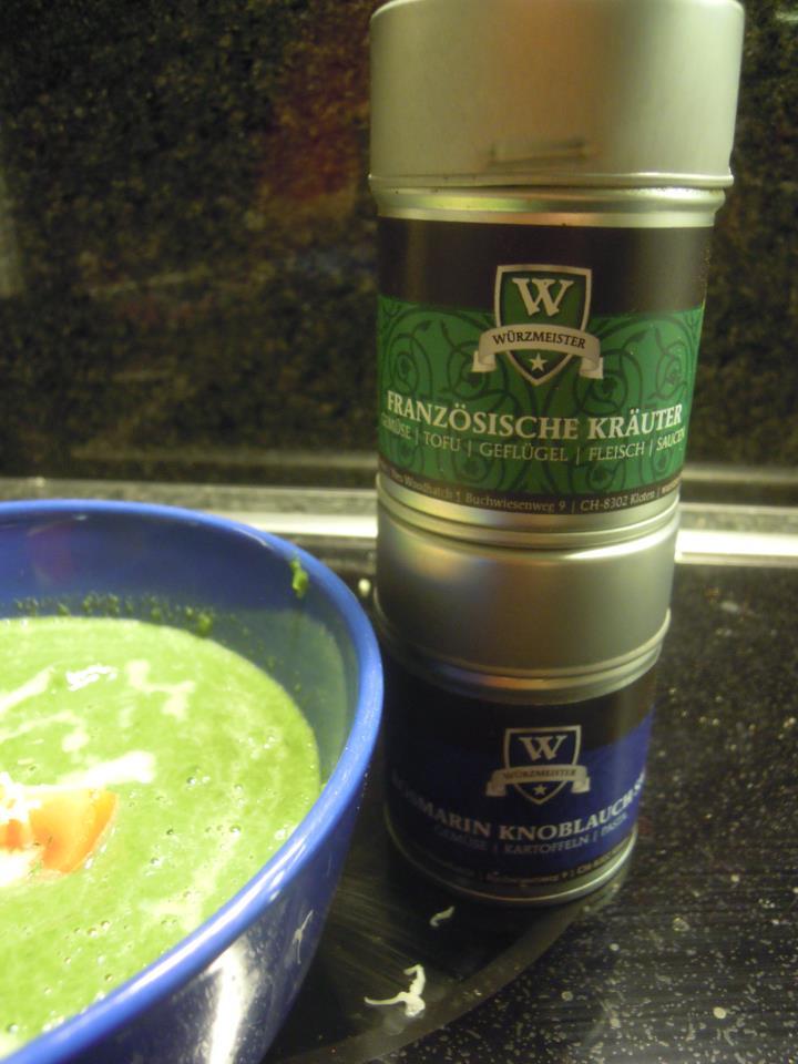 Bild zum Rezept Spinatsuppe. Fertige Suppe mit den verwendeten Würzmeister Gewürzmischungen.