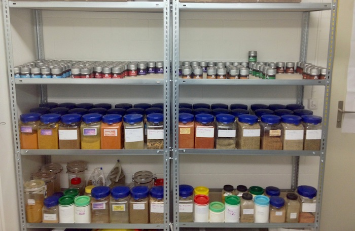 Bild vom Produktionsraum. Regal mit den fertigen Gewürzmischungen. Teils sind sie bereits abgefüllt oder noch in den Behältern.
