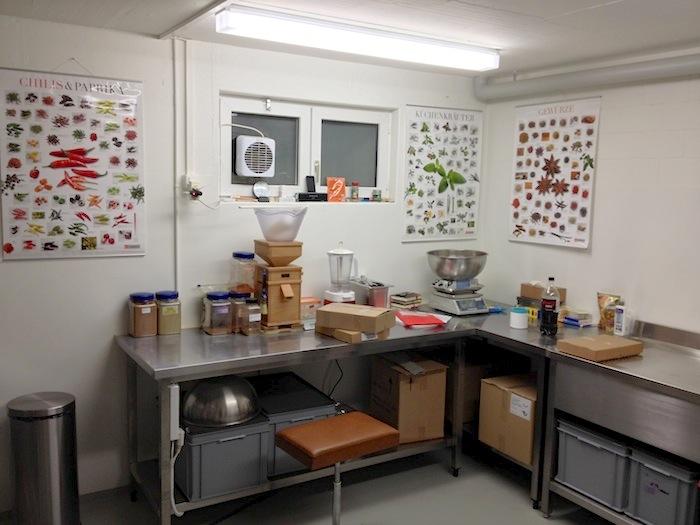 Bild vom Produktionsraum. Tisch mit der Mühle und Waage an dem die Gewürzmischen hergestellt werden.